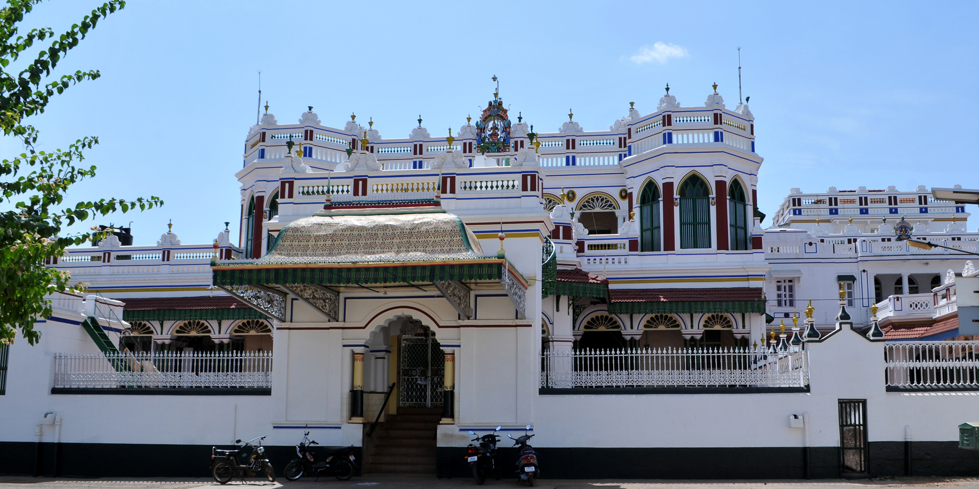 <strong>Palatial Mansion,Chettinad  </strong> - A palatial mansion in Chettinad looks magnificent with its elaborate facade. Chettinad is home to an interesting merchant community and their world famous mansions.