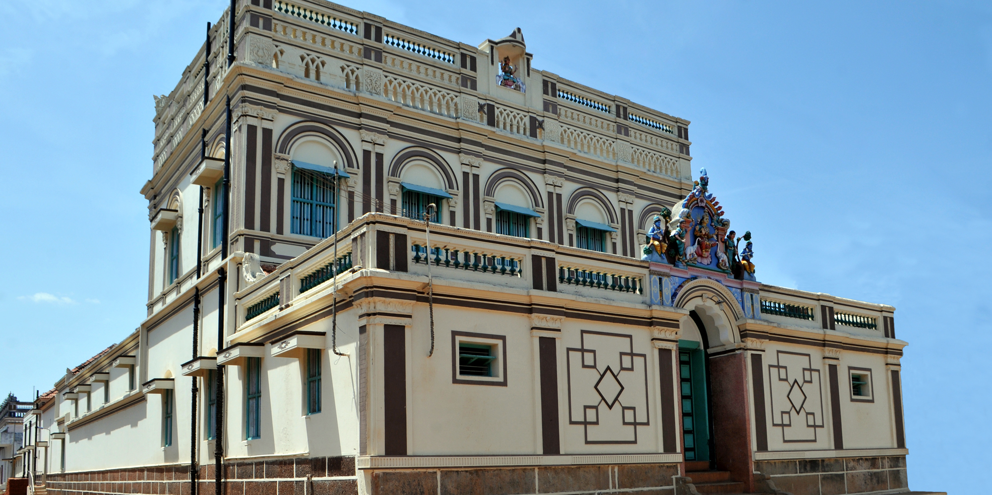 <strong>Chettinad - 4</strong> - Most Chettinad mansions have intricate sculptures at their entrances. Chettinad mansions are popularly dubbed as the �Wedding Cake Houses� of India.